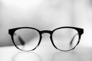 コンタクトをしているBTSメンバーは?視力が悪いのは誰?